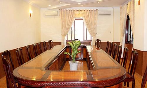 Bàn ghế phòng họp bằng gỗ phù hợp với mọi không gian